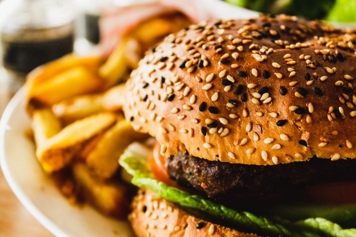 食べ過ぎはデメリットしかない!【仕事のパフォーマンスも低下する】